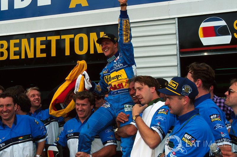 Міхаель Шумахер святкує чемпіонський титул разом зі своєю командою Benetton