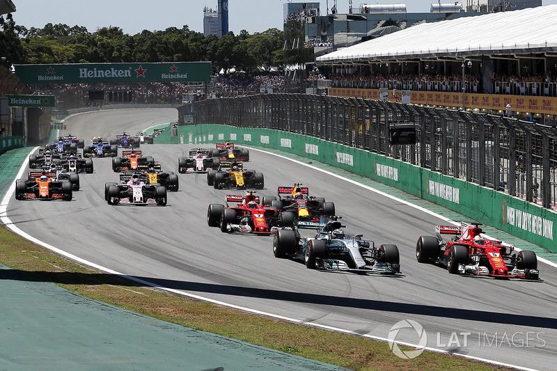 Valtteri Bottas, Mercedes-Benz F1 W08 y Sebastian Vettel, Ferrari SF70H lucha por la posición