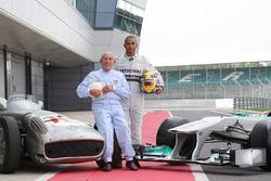 Lewis Hamilton, Mercedes AMG F1, mit Stirling Moss und dem Mercedes W196