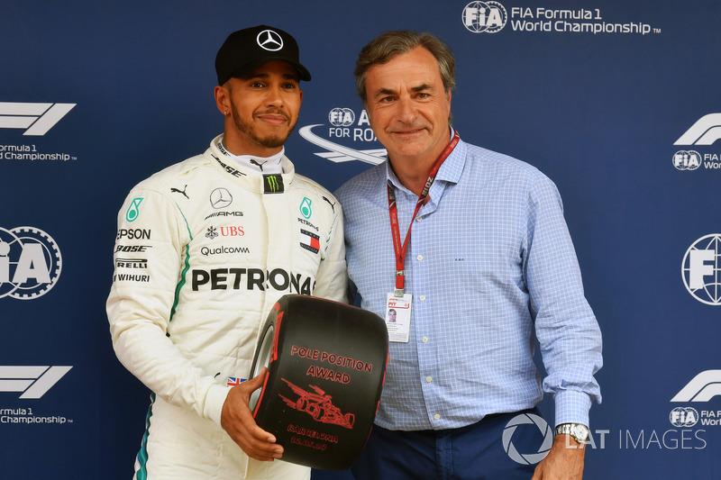 Lewis Hamilton menerima Pirelli Pole Position Award