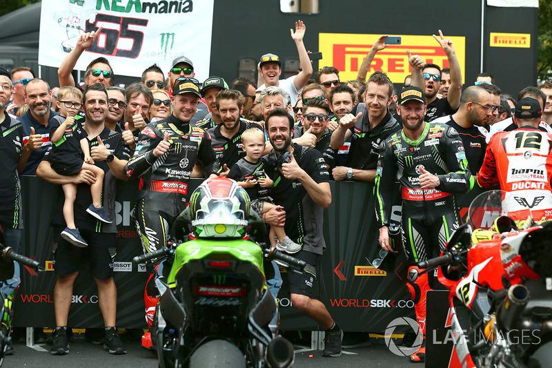 El ganador de la carrera Jonathan Rea, Kawasaki Racing, el segundo lugar Tom Sykes, Kawasaki Racing