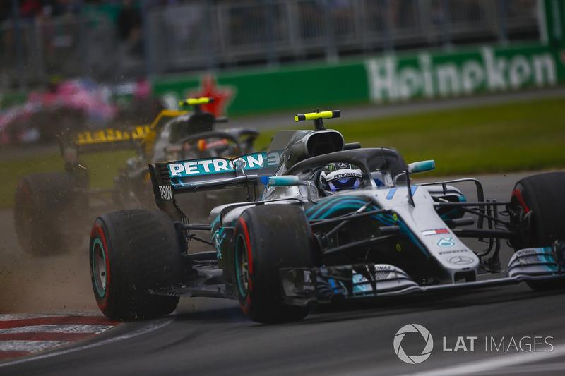 Valtteri Bottas, Mercedes AMG F1 W09, solleva dei detriti