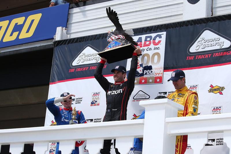 Podio: il vincitore della gara Will Power, Team Penske Chevrolet, il secondo classificato Mikhail Aleshin, Schmidt Peterson Motorsports Honda, il terzo classificato Ryan Hunter-Reay, Andretti Autosport Honda