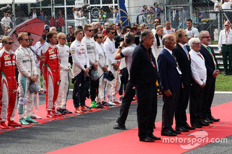 The drives observe the national anthem with Sergio Marchionne, Ferrari President and CEO of Fiat Chrysler Automobiles; Dr. Angelo Sticchi Damiani, Aci Csai President, Bernie Ecclestone and Roberto Marone, President of Lombardia Region