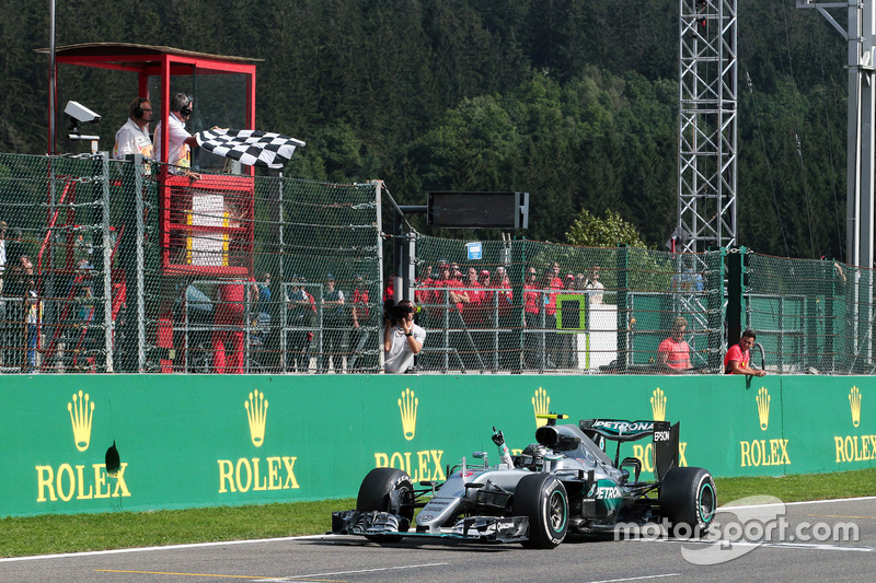 Race winner Nico Rosberg, Mercedes AMG F1 W07 Hybrid celebrates as he takes the chequered flag at the end of the race