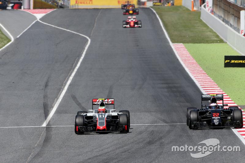 Esteban Gutierrez, Haas F1 Team and Jenson Button, McLaren Honda