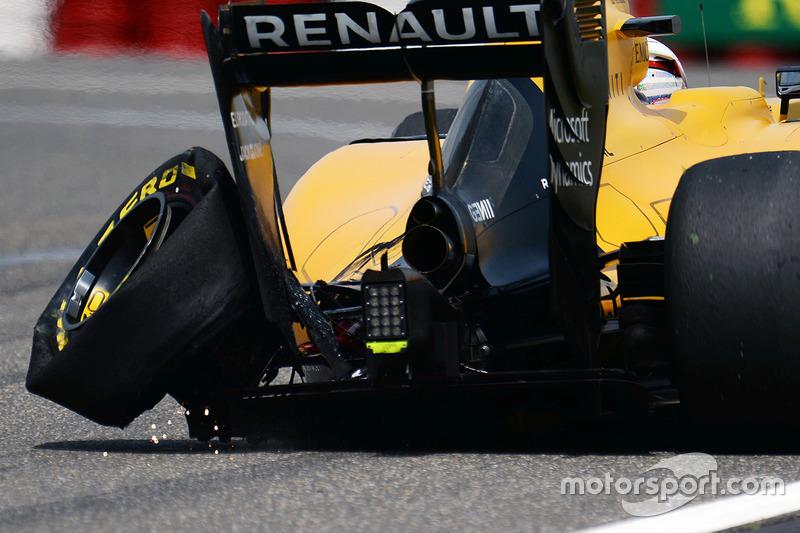 Kevin Magnussen, Renault Sport F1 Team RS16 con la goma Pirelli rota