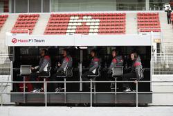 Пит-уолл Haas F1: крайний слева – руководитель команды Гюнтер Штайнер; крайний справа – Питер Кролла