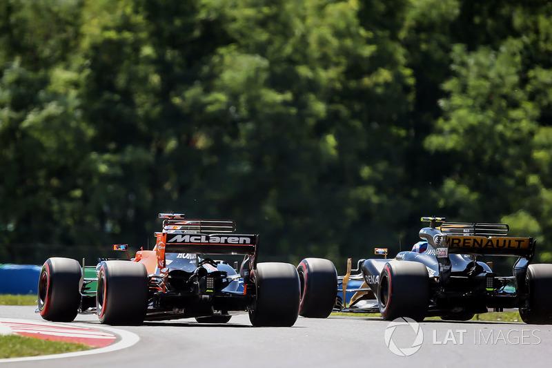 Fernando Alonso, McLaren MCL32 and Jolyon Palmer, Renault Sport F1 Team RS17