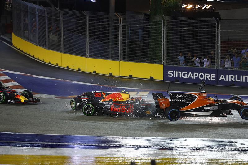 Fernando Alonso, McLaren MCL32, Kimi Raikkonen, Ferrari SF70H, Max Verstappen, Red Bull Racing RB13 ve Sebastian Vettel, Ferrari SF70H ilk tur kaza