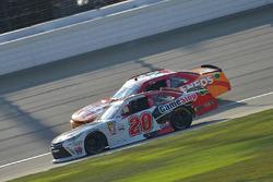 Erik Jones, Joe Gibbs Racing Toyota, Kyle Larson, Chip Ganassi Racing Chevrolet
