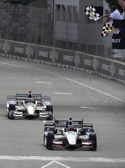 Graham Rahal, Rahal Letterman Lanigan Racing Honda, passe sous le drapeau à damier