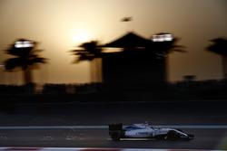 Des étincelles s'envolent de la voiture de Valtteri Bottas, Williams FW38