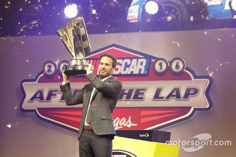 2016 Campeón y ganador de la carrera Jimmie Johnson, Hendrick Motorsports Chevrolet