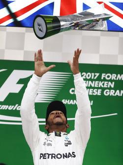 Lewis Hamilton, Mercedes AMG, celebra en el podio