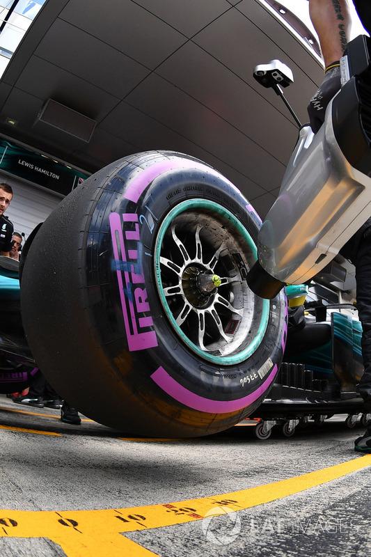 Переднє колесо боліда Себастьян Феттель, Mercedes AMG F1 F1 W08  та охолоджувач повітря