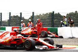 Sebastian Vettel, Ferrari SF70H, supera la monoposto incidentata di Kimi Raikkonen, Ferrari SF70H, mentre il finlandese esce dall'abitacolo