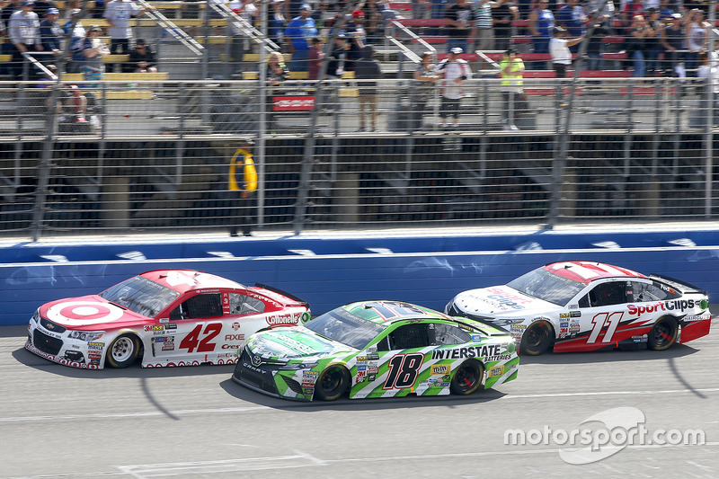 Restart: Kyle Larson, Chip Ganassi Racing, Chevrolet; Kyle Busch, Joe Gibbs Racing, Toyota; Denny Ha