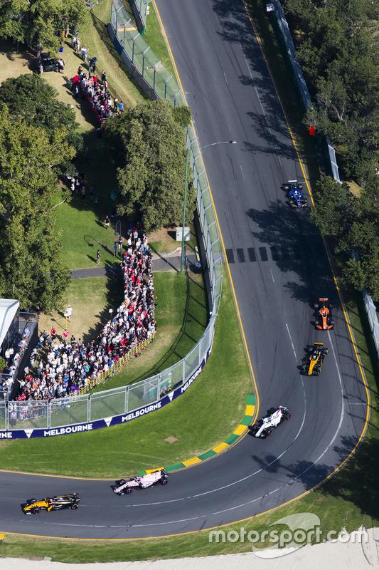 Nico Hulkenberg, Renault Sport F1 Team RS17, leads Esteban Ocon, Force India VJM10, Lance Stroll, Williams FW40, Jolyon Palmer, Renault Sport F1 Team RS17, and Stoffel Vandoorne, McLaren MCL32