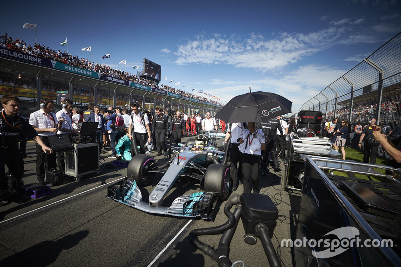 Lewis Hamilton, Mercedes AMG F1 W08, arrives on the grid