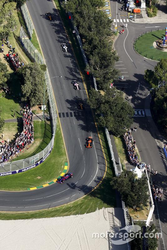 Carlos Sainz Jr., Scuderia Toro Rosso STR12, delante de Fernando Alonso, McLaren MCL32, y Nico Hulke
