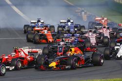 Kimi Raikkonen, Ferrari SF70H, devant Max Verstappen, Red Bull Racing RB13, Romain Grosjean, Haas F1 Team VF-17, et le reste du peloton au départ