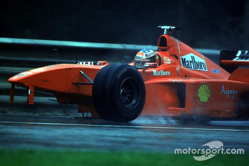 Михаэль готовился опередить на круг Култхарда, и Жан Тодт, словно предчувствуя важность этого маневра, даже сходил на командный мостик McLaren – и, скорее всего, сделал это зря. Услышав предупреждение из боксов, Дэвид отпустил педаль газа в скоростном «Пуоне», и Шумахер, не ожидавший такого, на полном ходу влетел в него, оставив McLaren без заднего антикрыла, а свою F300 – без колеса