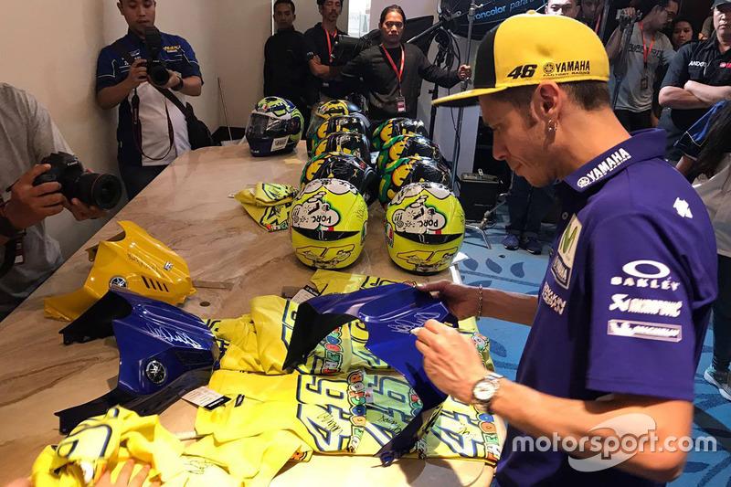 Valentino Rossi, Yamaha Factory Racing firma de autógrafos