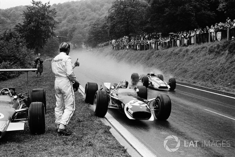 1968年フランスGP:リタイアしたグラハム・ヒルから、ドライ用のバイザーを受け取るジョー・シフェール