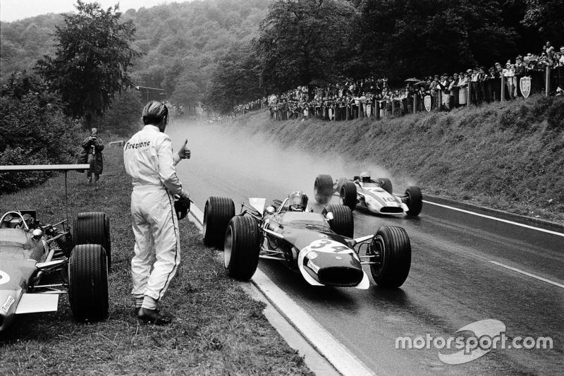 Jo Siffert, Lotus sólo ha detenido para pedir prestado un visor seco del retirado Graham Hill. John Surtees, Honda está pasando la pareja
