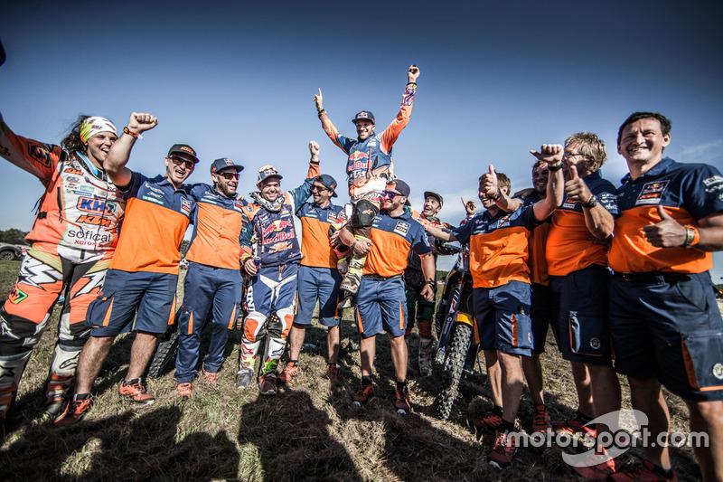 #14 Red Bull KTM Factory Racing: Sam Sunderland celebrate with the team