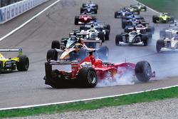 Unfall: Michael Schumacher, Ferrari F1-2000, Giancarlo Fisichella, Benetton Playlife B200