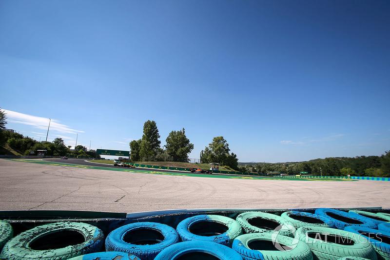 Fernando Alonso, McLaren MCL32, Jolyon Palmer, Renault Sport F1 Team RS17
