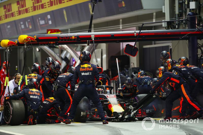 Daniel Ricciardo, Red Bull Racing RB14, en pits