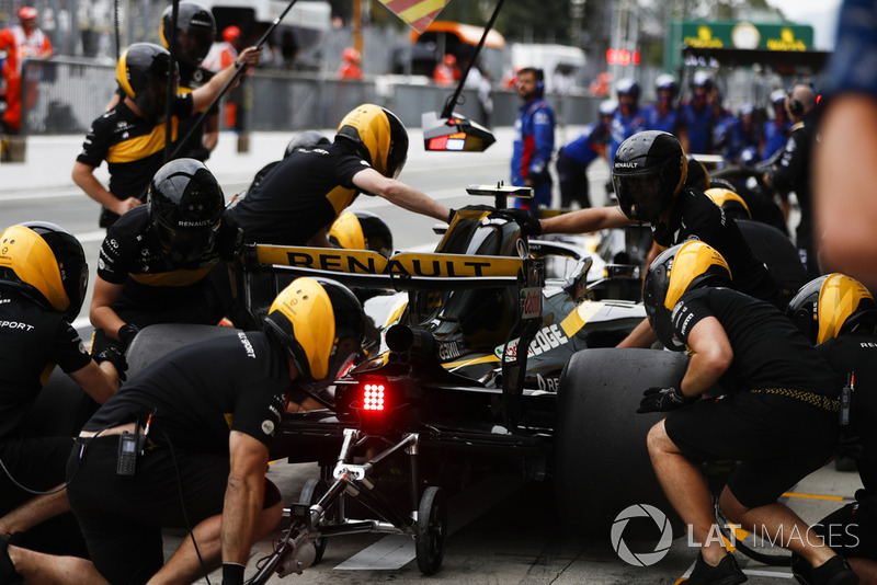 Carlos Sainz Jr., Renault Sport F1 Team RS 18, in the pits during practice