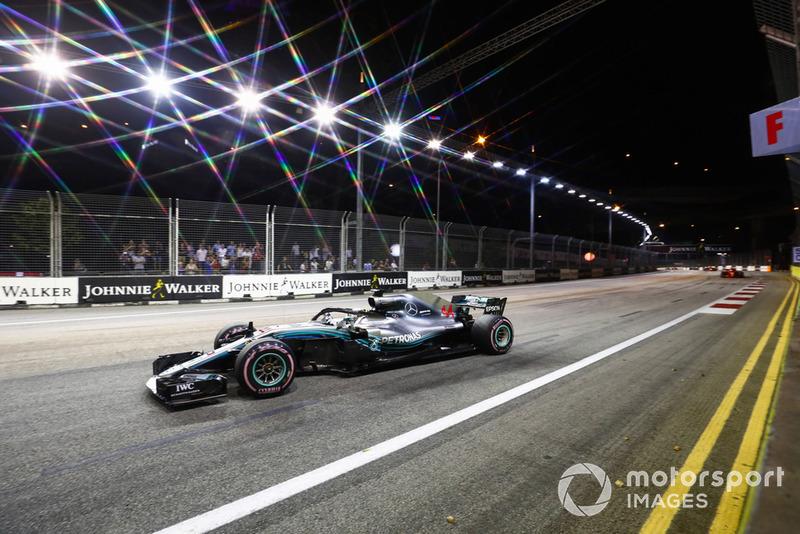 Lewis Hamilton, Mercedes AMG F1 W09 EQ Power+, precede Sebastian Vettel, Ferrari SF71H