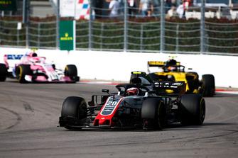 Kevin Magnussen, Haas F1 Team VF-18, devant Carlos Sainz Jr., Renault Sport F1 Team R.S. 18, et Esteban Ocon, Racing Point Force India VJM11