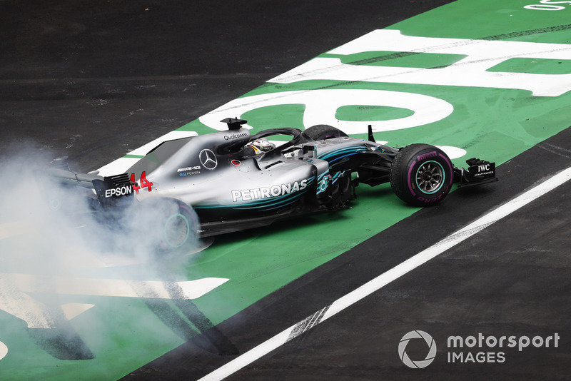 Lewis Hamilton, Mercedes AMG F1 W09 EQ Power+, fait un donut pour célébrer son titre