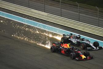 Max Verstappen, Red Bull Racing RB14 et Lewis Hamilton, Mercedes-AMG F1 W09 font des étincelles et luttent en piste
