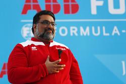 Dilbagh Gill, CEO, y director de Mahindra Racing, en el podio
