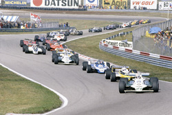 Alan Jones, Williams FW07B-Ford Cosworth, leads René Arnoux, Renault RE20, Jacques Laffite, Ligier JS11/15-Ford Cosworth, Carlos Reutemann, Williams FW07B-Ford Cosworth, Jean-Pierre Jabouille, Renault RE20, leads Nelson Piquet, Brabham BT49-Ford Cosworth, Bruno Giacomelli, Alfa Romeo 179B, Gilles Villeneuve, Jody Scheckter, both Ferrari 312T5, Mario Andretti, Lotus 81-Ford Cosworth, John Watson, McLaren M29C-Ford Cosworth, Didier Pironi, Ligier JS11/15-Ford Cosworth, Elio de Angelis, Lotus 81-Ford Cosworth, Riccardo Patrese, Arrows A3-Ford Cosworth, Jean-Pierre Jarier, Tyrrell 010-Ford Cosworth, Eddie Cheever, Osella FA1-Ford Cosworth, y Nigel Mansell, Lotus 81B-Ford Cosworth al inicio