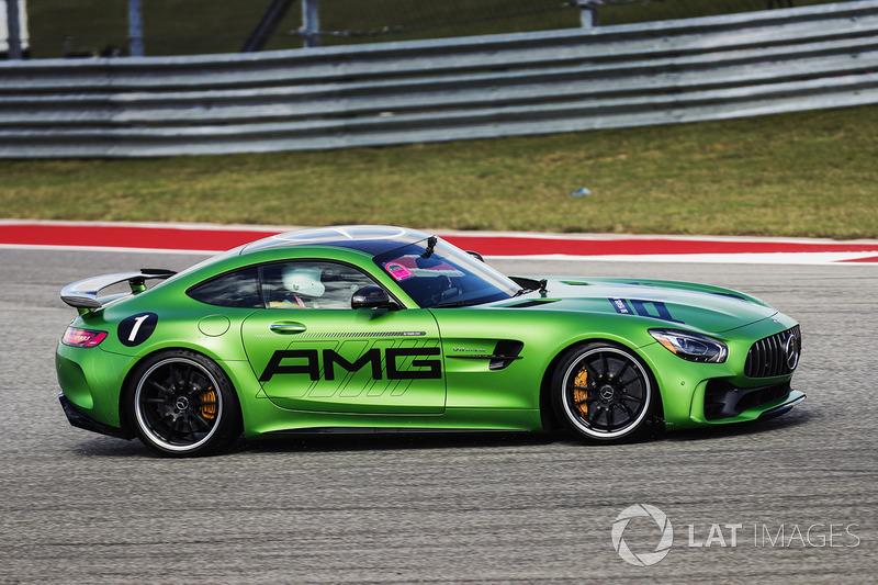 Lewis Hamilton, Mercedes AMG F1, conduce un Mercedes SLS alrededor de la pista con Usain Bolt en el asiento del pasajero