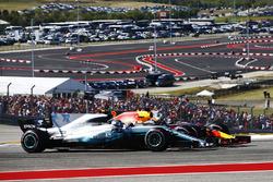 Valtteri Bottas, Mercedes AMG F1 W08, en lutte avec Daniel Ricciardo, Red Bull Racing RB13