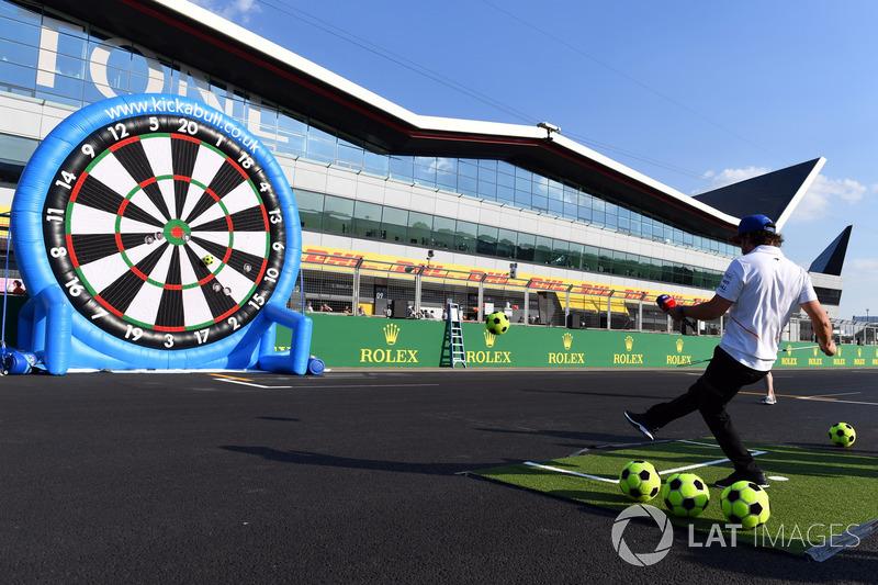Fernando Alonso, McLaren joue au football darts