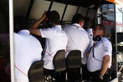 Eric Boullier, directeur de la compétition de McLaren, parle avec Zak Brown, directeur exécutif du McLaren Technology Group, sur le muret des stands McLaren
