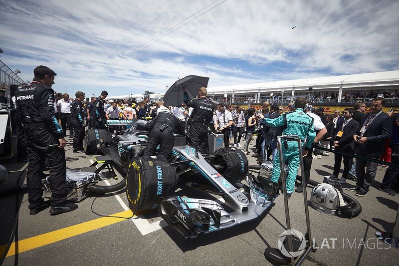 Engineers on the grid with Valtteri Bottas, Mercedes AMG F1 W09