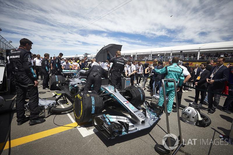 Ingegneri in griglia con Valtteri Bottas, Mercedes AMG F1 W09