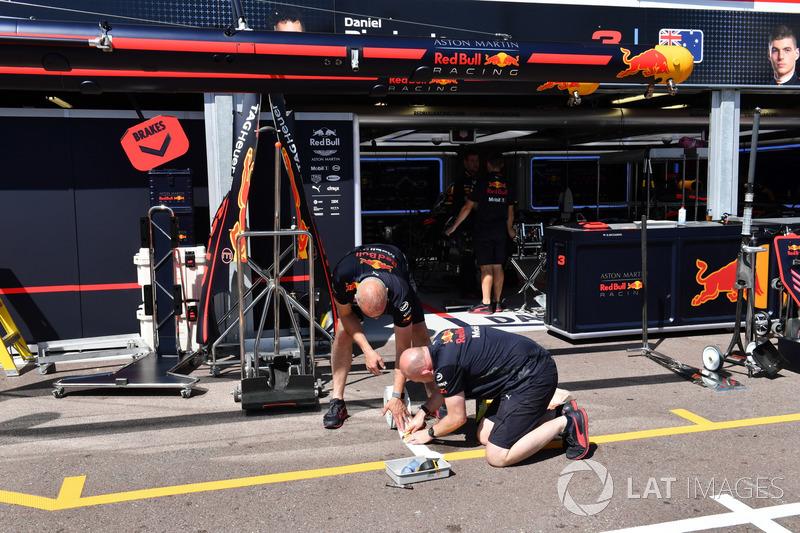 Meccanici Red Bull Racing al lavoro nel box