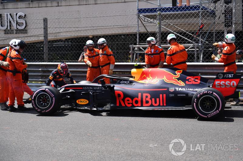 I marshal recuperano la monoposto incidentata di Max Verstappen, Red Bull Racing RB14