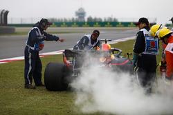 Маршалы убирают с трассы автомобиль Red Bull Racing RB14 Даниэля Риккардо